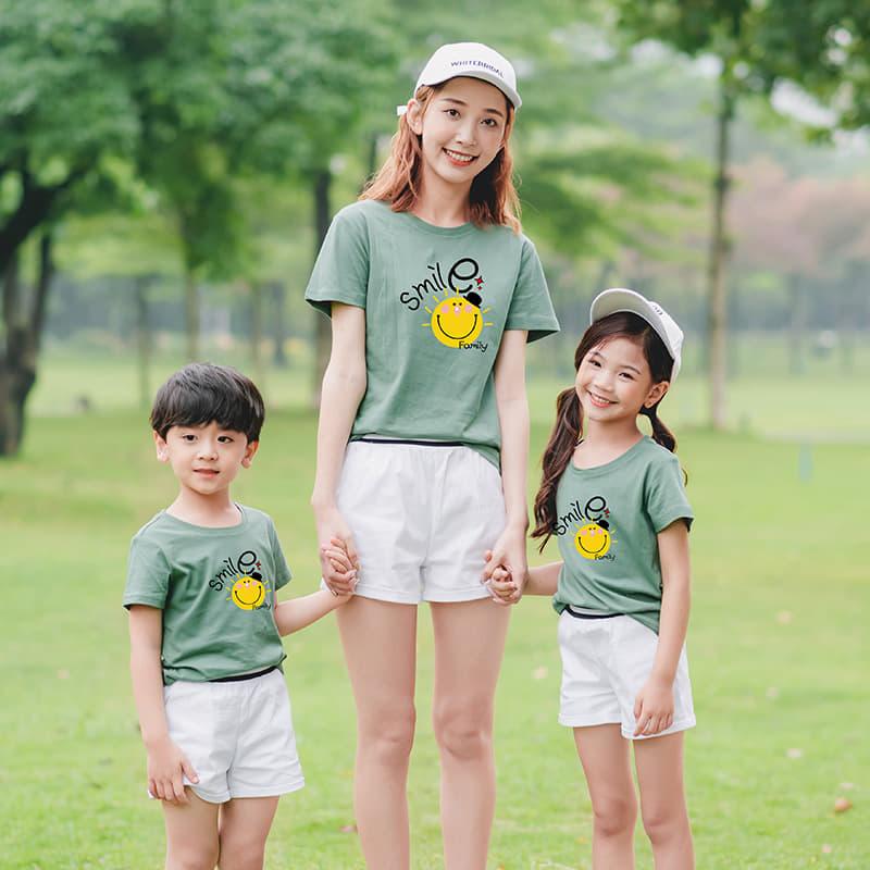 3 mẹ con da trắng hồng mặc áo đồng phục màu xanh pastel càng trở nên duyên dáng, nổi bật