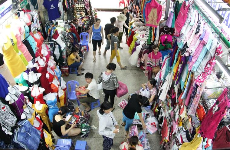 Chợ đầu mối - nguồn hàng lấy sỉ áo gia đình của nhiều chủ cửa hàng