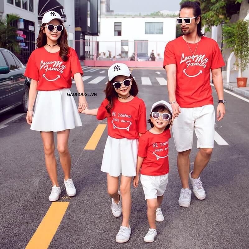 Mẹ và bé gái mặc áo phông gia đình màu đỏ mix cùng chân váy trắng xếp ly