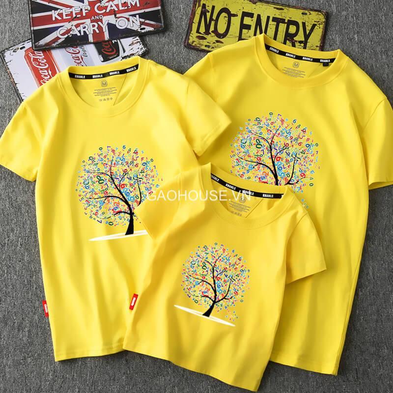 Màu vàng nổi bật giúp set áo đồng phục của gia đình càng trở nên thu hút