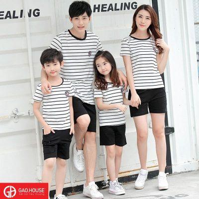 áo gia đình kẻ ngang phối cùng quần short tạo cho người mặc vẻ ngoài nằn động, cá tính